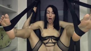 Szexi kis cicis fekete hajú csaj szexhintában élvezkedett