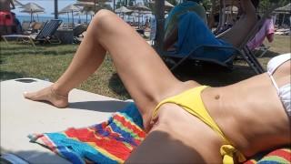 Szexi amatőr csaj sárga bugyiját félrehúzva napozott