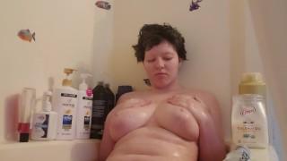 Amatőr nagy lógós cicis csaj fürdik