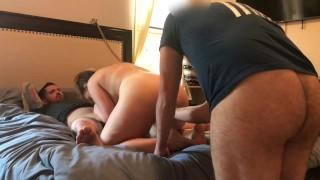 Szexi amatőr tini lány két nagy farkú pasival szexel